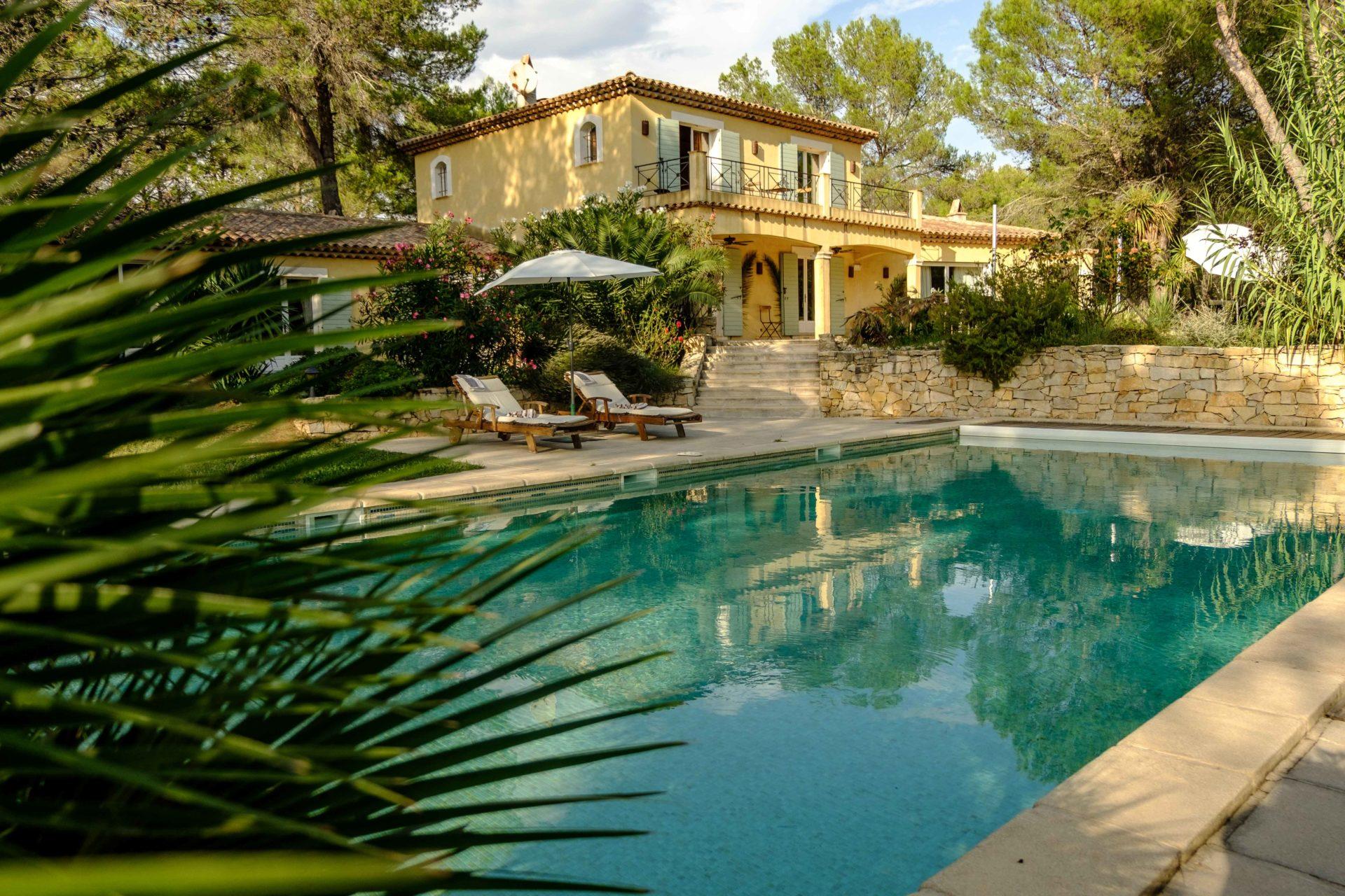 Le Queyron - vue de la maison et de la piscine