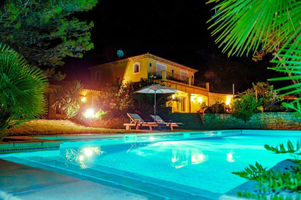 Le Queyron - la maison et la piscine de nuit